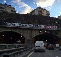 Stockholm'de Türkler aleyhinde çirkin pankarta anında müdahale edildi